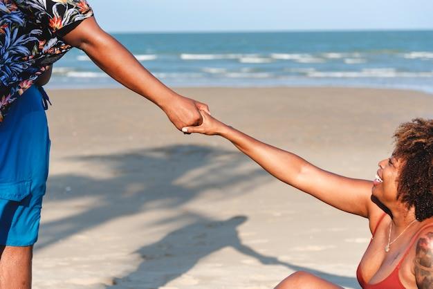 Afrikaans amerikaans paar dat bij het strand loopt