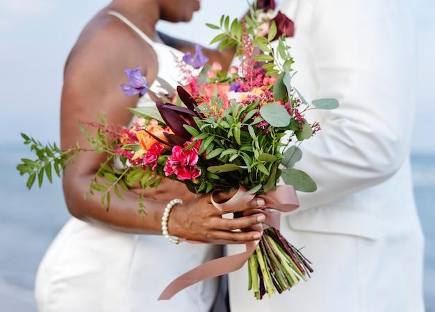 Afrikaans amerikaans paar dat op het strand wordt gehuwd