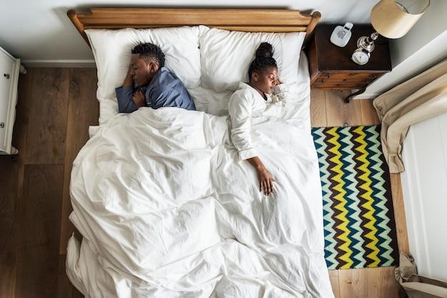 Afrikaans amerikaans paar dat rijtjes slaapt