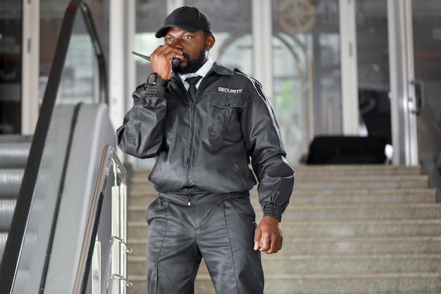 Afrikaans-amerikaanse bewaker die in de bouw werkt