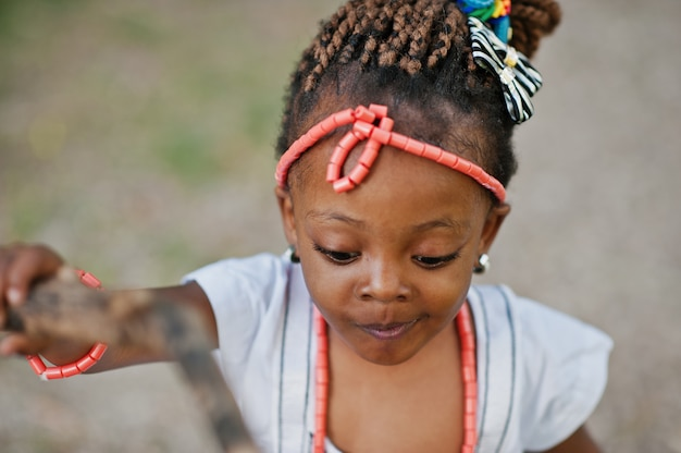 Afrikaans babymeisje die bij park lopen