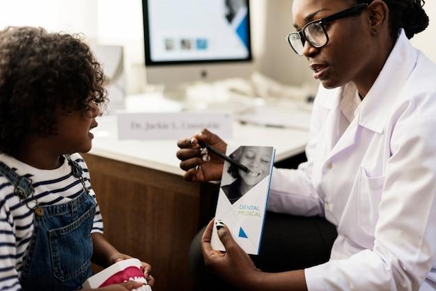 Afrikaans jong geitje dat een gesprek met een arts heeft