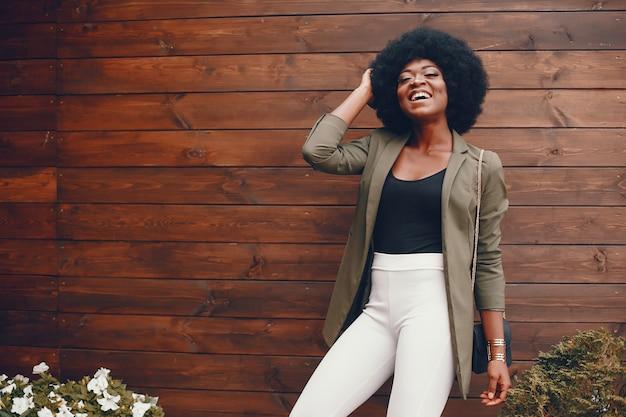 Afrikaans meisje in een de zomerstad