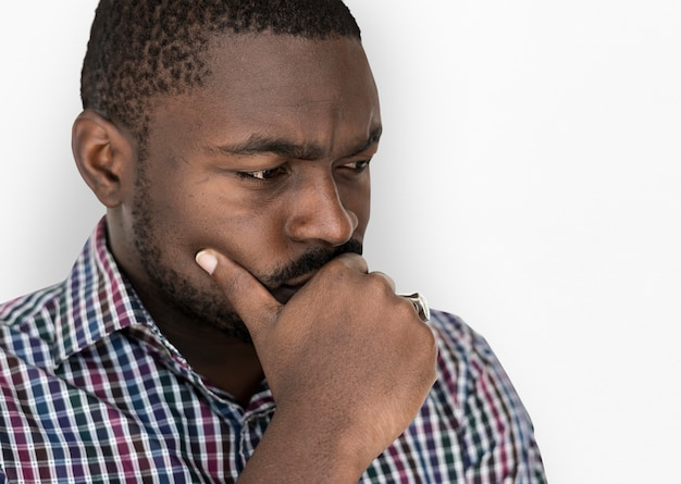 Afrikaanse afkomst man is nerveus