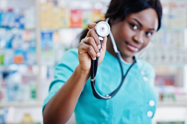 Afrikaanse amerikaanse apotheker die in drogisterij bij het ziekenhuisapotheek werkt. afrikaanse gezondheidszorg. stethoscoop op zwarte arts.
