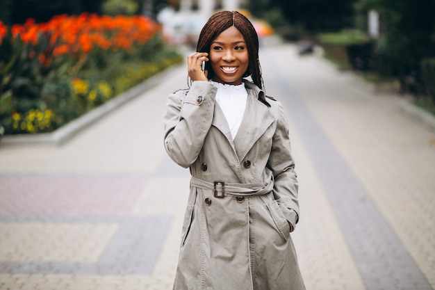 Afrikaanse amerikaanse en kaukasische vrouwen die telefoon met behulp van