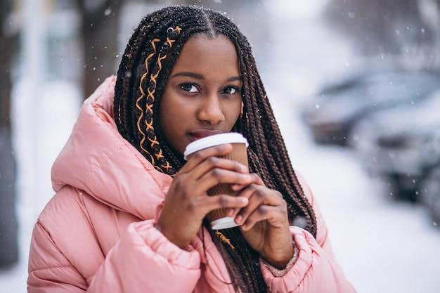 Afrikaanse amerikaanse het drinken koffie op een de winterdag