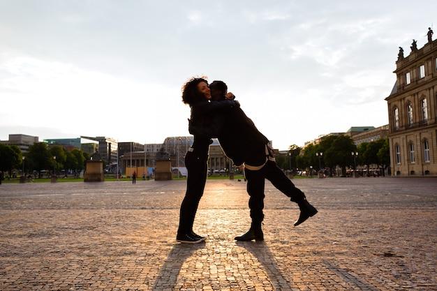 Afrikaanse amerikaanse man die vriendin in de stad koestert