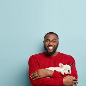 Afrikaanse amerikaanse mens, vervelend, rode trui, vasthouden, hond