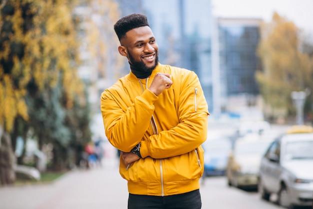 Afrikaanse amerikaanse student die in de straat loopt