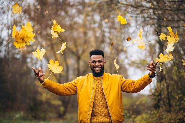Afrikaanse amerikaanse student die in het park loopt