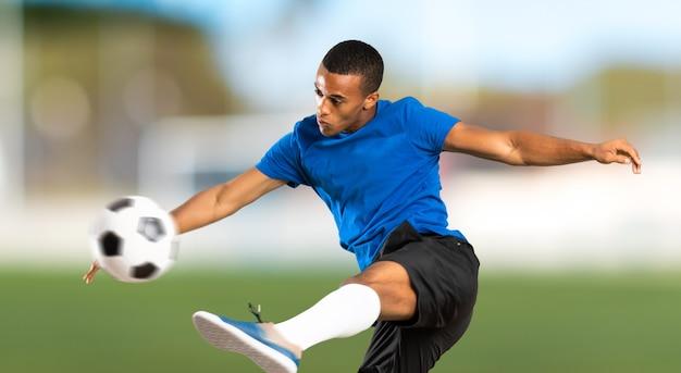Afrikaanse amerikaanse voetbalstermens bij in openlucht