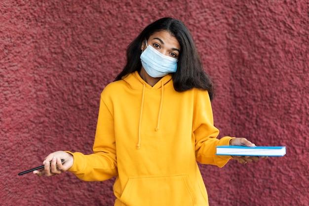 Afrikaanse amerikaanse vrouw die een gezichtsmasker draagt