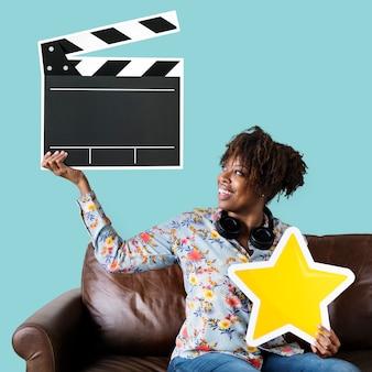 Afrikaanse amerikaanse vrouw die een kleppictogram houdt