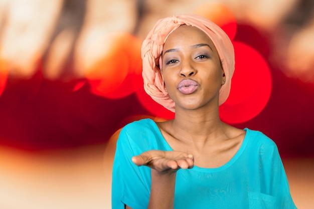 Afrikaanse amerikaanse vrouw die een kus blaast