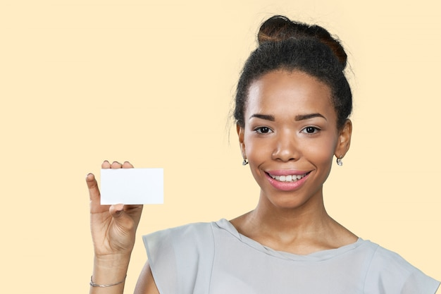 Afrikaanse amerikaanse vrouw die leeg document houdt