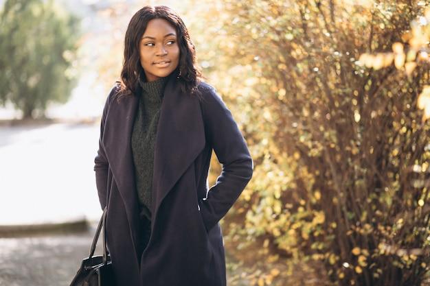 Afrikaanse amerikaanse vrouw gelukkig in park