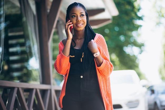 Afrikaanse amerikaanse vrouw met telefoon