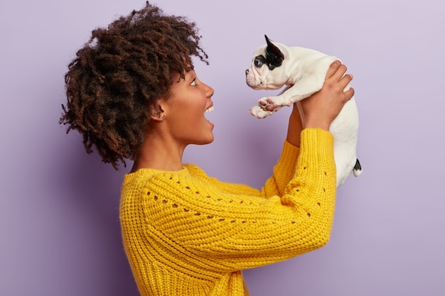 Afrikaanse amerikaanse vrouw, vervelend, gele, trui, vasthouden, puppy