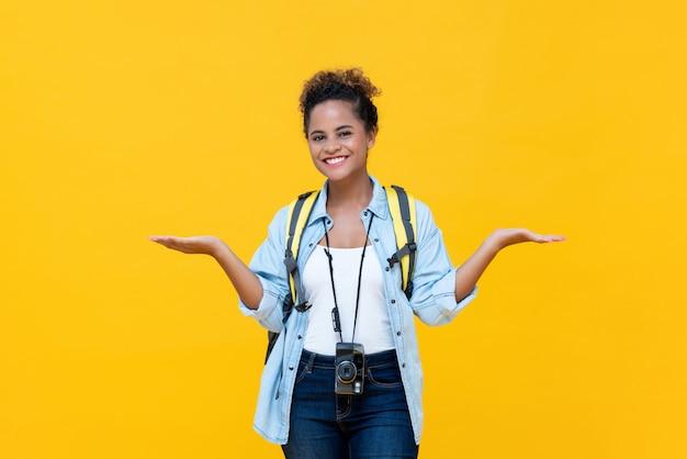 Afrikaanse amerikaanse vrouwentoerist die geen zorgengebaar doet