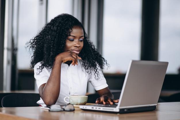 Afrikaanse amerikaanse zakenvrouw met computer en koffie