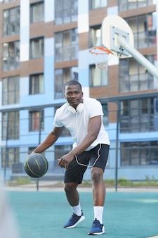 Afrikaanse basketbalspeler dribbelen bal