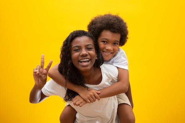 Afrikaanse broer en zus. broers en zussen binden. lachende zwarte kinderen knuffelen.