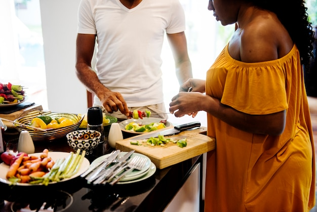 Afrikaanse familie die barbecue in de keuken samen voorbereidt