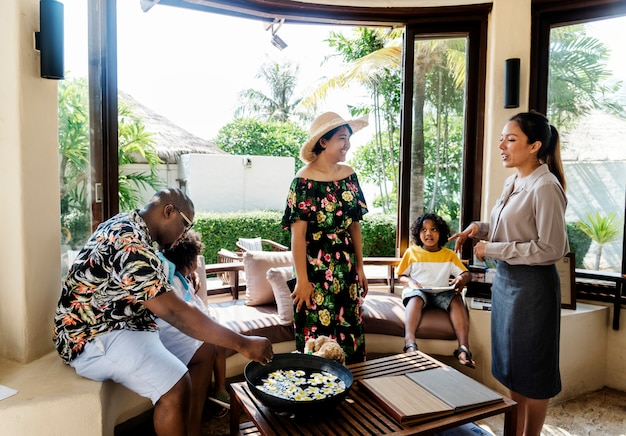 Afrikaanse familie die in een hotel incheckt