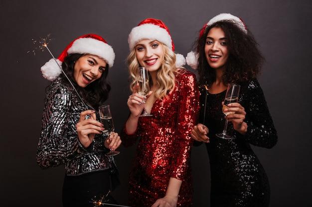 Afrikaanse jonge vrouw champagne drinken in kerstmis