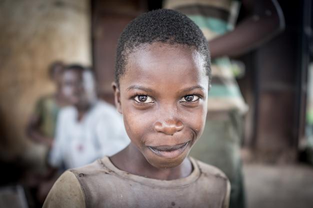 Afrikaanse jongens in dorp portret