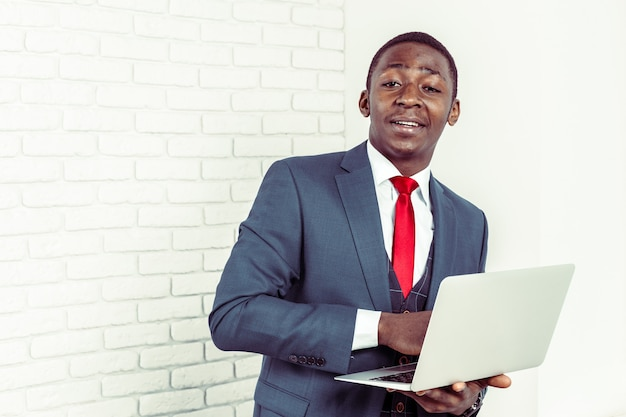 Afrikaanse laptop van de jonge mensenholding