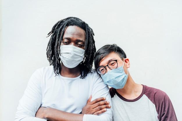 Afrikaanse man en een andere chinees met een masker