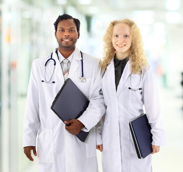 Afrikaanse man en vrouw medische werkers