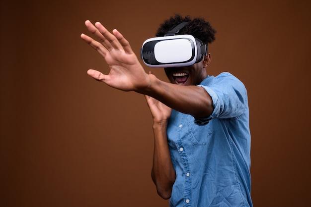 Afrikaanse man genieten van virtual reality tijdens het gebruik van een vr-bril