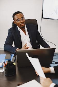 Afrikaanse man in een zwart pak. internationale partners.