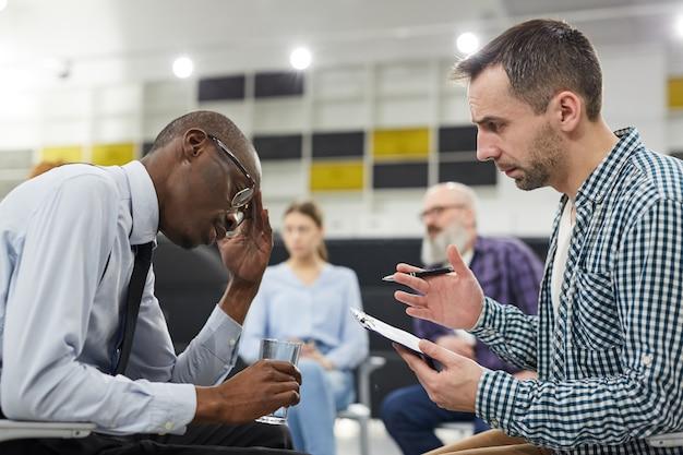 Afrikaanse man in geestelijke gezondheid overleg
