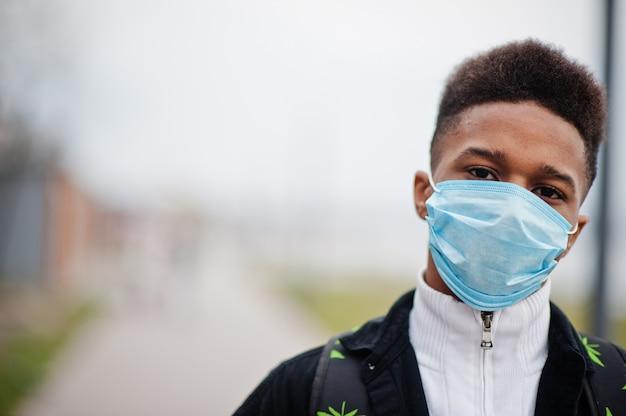 Afrikaanse man in het park met medische maskers beschermen tegen infecties en ziekten coronavirus virus quarantaine.