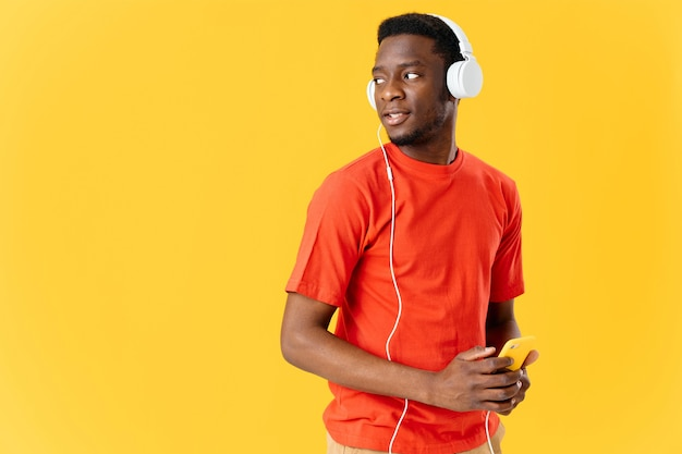 Afrikaanse man in t-shirt met koptelefoon muziek mode