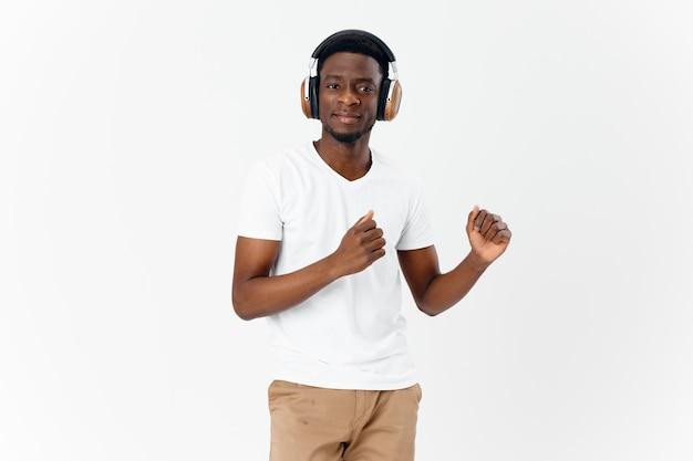 Afrikaanse man met koptelefoon muziek glimlach entertainment