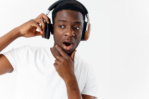 Afrikaanse man met koptelefoon muziekliefhebber close-up emoties