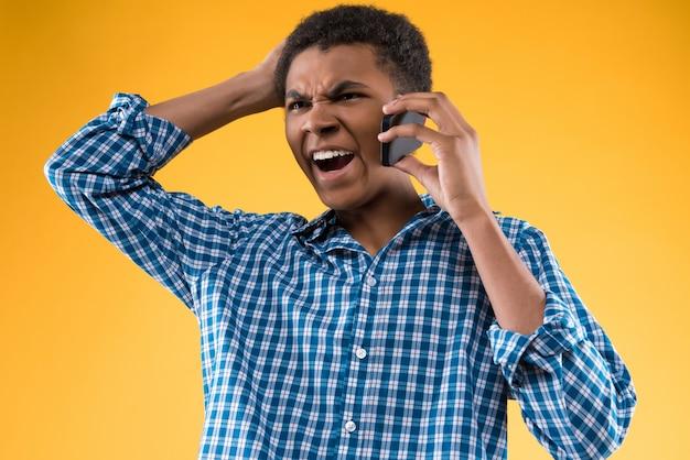 Afrikaanse man schreeuwt in de telefoon