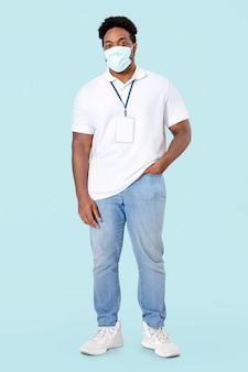 Afrikaanse man vrijwilliger met gezichtsmasker in het nieuwe normale volledige lichaam