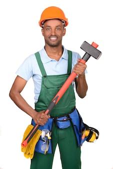 Afrikaanse mannelijke arbeider dragende toolbox