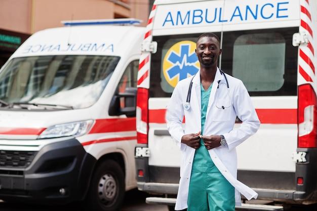 Afrikaanse mannelijke paramedicus die zich voor ambulanceauto bevindt