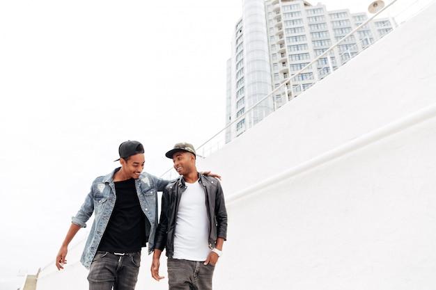 Afrikaanse mannen vrienden buiten lopen