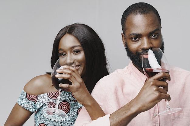 Afrikaanse mensen in een studio. witte muur. mensen met wijnstok.