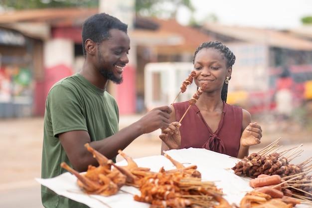 Afrikaanse mensen krijgen wat straatvoedsel