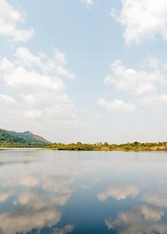 Afrikaanse natuur uitzicht met meer