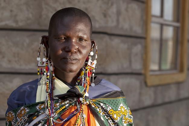 Afrikaanse persoon die grote oorbellen draagt terwijl hij naar de voorkant kijkt